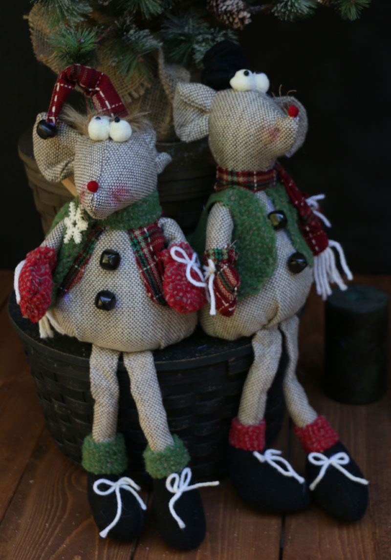 Scarved Mouse Sitter, by Hanna's Handiworks.